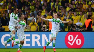 Kevin De Bruyne merayakan gol ke gawang Dortmund pada laga Piala Jerman di Berlin, Sabtu (30/5/2015). De Bruyne diprediksi akan menjalani debut bersama Manchester City pada laga pekan ini. (AFP Photo/John Macdougall)