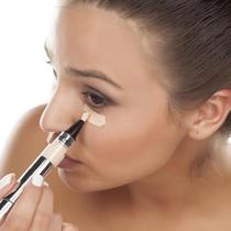 Ilustrasi memakai makeup. (purewow.com)