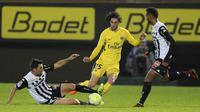 Aksi pemain PSG, Adrien Rabiot (tengah) melewati adangan pemain Angers, Thomas Mangani pada lanjutan Ligue 1 Prancis di Raymond Kopa Stadium, Angers, (4/11/2017). PSG menang telak 5-0. (AP/David Vincent)