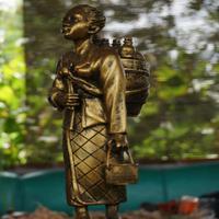 Patung jamu gendong akan menyambut pengunjung memasuki kampung jamu Sumbersari Wonolopo, Mijen. (foto : Liputan6.com / Edhie Prayitno Ige)