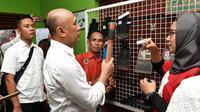 Menteri Koperasi dan UKM Teten Masduki memastikan, para perajin logam dan las di Pulau Jawa mampu memenuhi kebutuhan cangkul di dalam negeri.