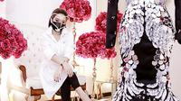 Syahrini tampil glamour dengan aksesori mewah karya desainer Rinaldy Yunardi  (Dok.Instagram/@princessyahrini/https://www.instagram.com/p/CEdV40RhnfT/?igshid=hiyeyrx84tlfKomarudin)