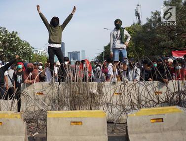 Massa Demonstrasi di Depan DPR