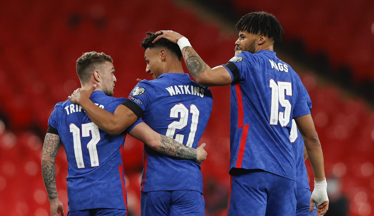 Striker Inggris, Ollie Watkins (tengah) merayakan gol kelima Inggris yang dibuatnya ke gawang San Marino dalam laga Kualifikasi Piala Dunia 2022 Zona Eropa Grup I di Wembley Stadium, London, Kamis (25/3/2021). Inggris menang 5-0 atas San Marino. (AP/Adrian Dennis/Pool)
