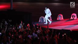 Grup Band GIGI tampil membawakan lagu saat malam penutupan Asian Games 2018 di Stadion GBK, Jakarta, Minggu (9/2). Penampilan  grup band GIGI yang mengenakan baju serba putih berhasil membuat penonton bersemangat. (Liputan6.com/Helmi Fithriansyah)