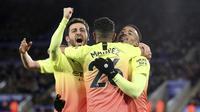 Striker Manchester City Gabriel Jesus (kanan) dan rekan setimnya Bernardo Silva serta Riyad Mahrez merayakan golnya ke gawang Leicester City dalam lanjutan Liga Inggris, Minggu (23/2/2020) dini hari WIB.(Nick Potts/PA via AP)