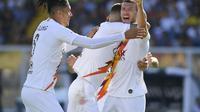 Bek AS Roma yang dipinjam dari MU, Chris Smalling merayakan gol kemenangan yang dicetak Edin Dzeko. (Twitter AS Roma)