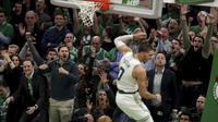 Pemain Celtics Jayson Tatum melakukan dunk saat melawan Pacers di play off NBA (AP)