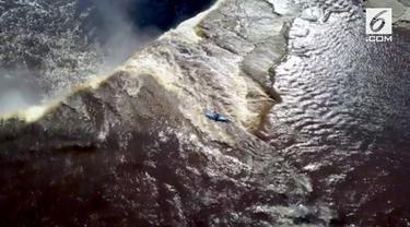 Kayaker Adrian Mattern terjun bebas dari air terjun setinggi 33 meter di Kanada.
