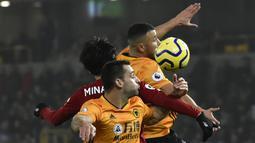 Pemain Liverpool, Takumi Minamino, duel udara dengan pemain Wolverhampton Wanderers, Romain Saiss, pada laga Premier League di Stadion Molineux, Kamis (23/01/2020). Liverpool menang dengan skor 2-1. (AP/Rui Vieira)
