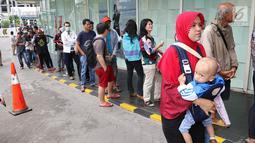 Ratusan calon pembeli rela antre di depan Emporium Pluit Mall, Jakarta. Minggu (21/1). Mereka antre sejak mal belum dibuka untuk mendapatkan penawaran produk Xiaomi. (Liputan6.com/Fery Pradolo)