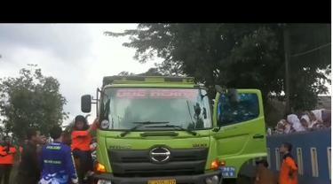 Sebuah video Bupati Lebak, Iti Octavia Jayabaya menaiki pintu truk Fuso dan marah-marah kepada supirnya viral di media sosial.