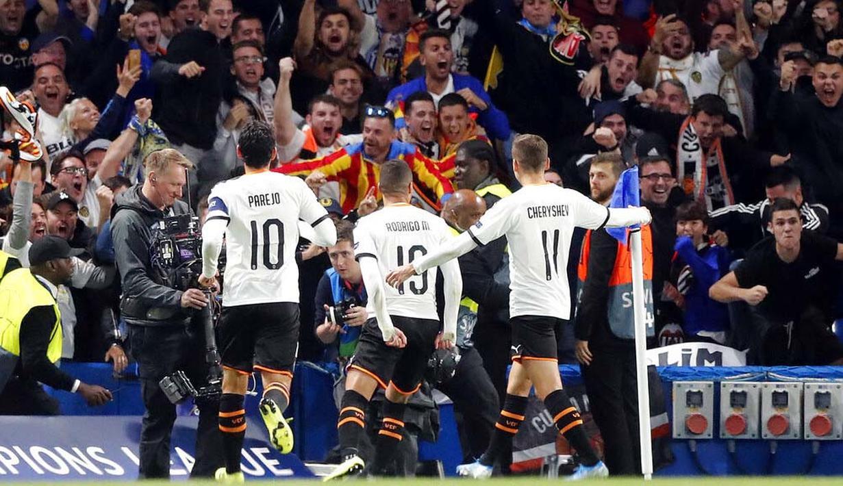 Penyerang Valencia, Rodrigo Moreno, melakukan selebrasi usai membobol gawang Chelsea pada laga Liga Champions di Stadion Stamford Bridge, Selasa (17/9/2019). Chelsea takluk 0-1 dari Valencia. (AP/Frank Augstein)