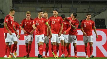 Pemain Swiss merayakan gol yang dicetak Mario Gavranovic ke gawang Jerman pada laga lanjutan UEFA Nations League 2020/2021 di RheinEnergie Stadion, Rabu (14/10/2020). Jerman bermain imbang 3-3 atas Swiss. (AFP/Ina Fassbender)