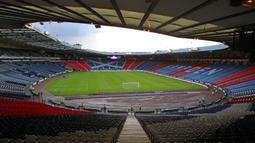 Hampden Park dibuka tahun 1903 dan dinobatkan sebagai stadion terbesar di dunia saat itu, karena dapat menampung lebih dari seratus ribu penonton. Bahkan ketika Timnas Skotlandia menjamu Timnas Inggris, stadion ini mampu menampung 149.415 penonton. (Foto: AFP/ Ian MacNicol)