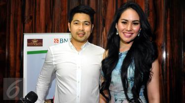 Artis peran dan pembawa acara Kartika Putri didampingi kekasihnya, Erick Iskandar, di pesta ulangtahun Muzdalifah, di kawasan Pramuka, Jakarta, Senin (15/6/2015). (Liputan6.com/Panji Diksana)