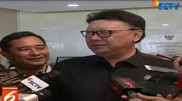 Menteri Dalam Negeri Tjahjo Kumolo menyayangkan tertangkapnya Bupati Cirebon dalam operasi tangkap tangan KPK.