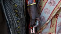 Masyarakat di Kenya dan Afrika bagian Timur Tengah masih saja mempertahankan tradisi sunat perempuan agar perempuan di sana tidak selingkuh.