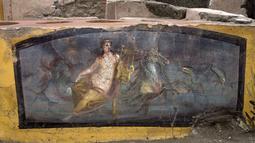 Foto yang dirilis pada 26 Desember 2020 terlihat termopolium di Pompeii, Italia. Sebuah restoran cepat saji di Pompeii yang telah digali membantu mengungkap beberapa hidangan favorit warga kota Roma kuno yang gemar melakukan petualangan kuliner. (Luigi Spina/Parco Archeologico di Pompei via AP)