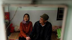 Penderita kusta Nguyen Thi Teo (kanan) dan istri Tran Huu Hoa (kiri) duduk di ranjang kompleks RS Van Mon Leprosy, Thai Binh, Vietnam, Kamis (10/1). Penderita kusta di Vietnam turun dari tahun ke tahun. (Manan Vatsyayana/AFP)