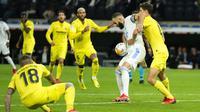 Penyerang Real Madrid Karim Benzema berebut bola dengan bek Villarreal pada jornada ketujuh La Liga Spanyol di Santiago Bernabeu, Minggu (26/9/2021) dini hari WIB. Real Madrid hanya mampu bermain imbang tanpa gol kala menjamu Villarreal. (AP Photo/Manu Fernandez)