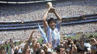 1. Diego Maradona - Kehidupan Maradona kecil begitu akrab dengan kemiskinan. Sang ayah yang hanya berkerja di pabrik dan menjadi tukang batu membuat Maradona harus menjalani hidup yang cukup keras sejak anak-anak.