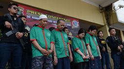 Tersangka kasus penyelundupan sabu asal Amerika Serikat tertunduk saat dihadirkan dalam rilis di Polres Jakarta Barat, Kamis (9/5/2019). Polisi membekuk empat tersangka, dua di antaranya WNA asal China. (merdeka.com/Imam Buhori)