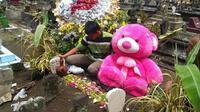 Pemuda di Blitar bawa boneka beruang ke makam kekasih. Credits: Facebook/Mas Gemukk