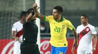 Striker Brasil, Roberto Firmino, merayakan gol yang dicetaknya ke gawang Peru pada laga lanjutan kualifikasi Piala Dunia 2022 zona Amerika Selatan, di Estadio Nacional de Lima, Rabu (14/10/2020) pagi WIB. Brasil menang 4-2 atas Peru. (AFP/Daniel Apuy/pool)