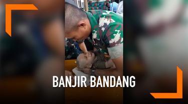 Badan bayi berusia lima bulan korban banjir Sentani terjepit kayu selama enam jam, beruntung prajurit TNI berhasil menyelamatkannya.