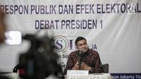 Peneliti LSI Adjie Alfarabby memberikan paparan  hasil survei terkait pemenang pascadebat pertama pilpres di Jakarta, Rabu (30/1). Survei LSI menyimpulkan  paslon nomor urut 01, Jokowi-Amin unggul dalam debat. (Liputan6.com/Faizal Fanani)
