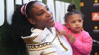 Serena Williams dan putrinya, Alexis Olympia di Auckland, Selandia Baru. (MICHAEL BRADLEY / AFP)