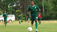 Frank Rikhard Sokoy saat mengikuti latihan bersama Persija Jakarta. (Bola.com/Aditya Wany)