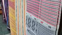 Berbagai kain tenun ulos batak dengan motif yang beragam dan memiliki pesan tersendiri (dok Liputan6.com/Ossid Duha Jussas Salma)