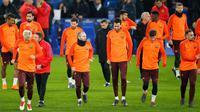 Para pemain Barcelona melakukan pemanasan saat mengikuti sesi latihan di stadion Stamford Bridge di London, (19/2). Barcelona akan menghadapi Chelsea pada babak 16 besar Liga Champions. (AP Photo/Alastair Grant)