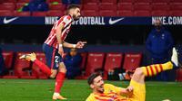 Gelandang Atletico Madrid, Yannick Carrasco berselebrasi usai mencetak gol ke gawang Barcelona pada pertandingan lanjutan La Liga Spanyol di stadion Wanda Metropolitano di Madrid, Spanyol, Sabtu (21/11/2020). Atletico menang tipis atas Barcelona 1-0. (AFP/Gabriel Bouys)