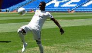 Pemain baru Real Madrid, Vinicius Jr memainkan bola saat diperkenalkan di Stadion Santiago Bernabeu, Madrid, Spanyol, Jumat (20/7). Dia tidak keberatan bila lebih banyak bermain di tim cadangan Real Madrid ketimbang di tim utama. (AP Photo/Francisco Seco)