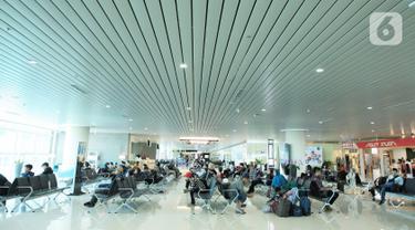 Calon penumpang menunggu keberangkatan ketika di Bandara Internasional Yogyakarta (YIA), Rabu (11/11/2020). Desain bandara yang melibatkan 43 seniman dalam pembangunan tersebut dibalut dengan warna cat dan pelapis AkzoNobel yang menghabiskan 130 ribu liter kaleng cat. (Liputan6.com/Pool)