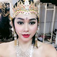 Foto Aura Kasih menggunakan mahkota (Instagram/@aurakasih)