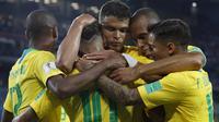 Para pemain Brasil merayakan gol Thiago Silva saat melawan Serbia pada laga grup E Piala Dunia 2018 di Spartak Stadium, Moskow, Rusia, (27/6/2018). Brasil menang 2-0. (AP/Rebecca Blackwell)