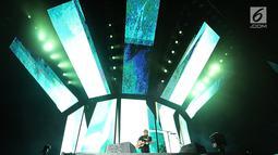 """Aksi panggung Ed Sheeran dalam konser Divide World Tour 2019 di Stadion Utama Gelora Bung Karno, Jakarta Pusat (3/5/2019). Dalam konsernya itu, Ed Sheeran sempat membawakan lagu populer dari Justin Bieber berjudul """"Love Yourself"""". (Fimela.com/Bambang E. Ros)"""