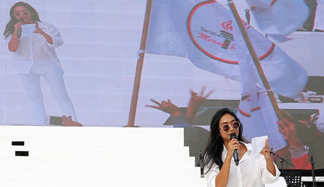 Puluhan artis papan atas hadir di Konser Gue 2 yang dihelat di Ex-Driving Range Senayan, Jakarta Pusat pada Sabtu, 4 Februari 2017 siang. Ribuan relawan Ahok dan Djarot puas dengan penampilan para musisi. (Bambang E. Ros/Bintang.com)