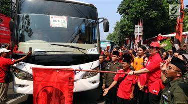 Ketua DPP PDIP nonaktif, Puan Maharani secara simbolis melepas peserta mudik gratis PDIP di Kantor DPP PDIP, Jakarta, Selasa (12/6). Sebanyak delapan ribu peserta diberangkatkan hari ini. (Liputan6.com/JohanTallo)