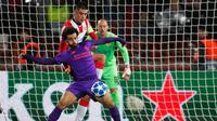 Gelandang Liverpool, Mohamed Salah, berusaha melewati bek Red Star, Vujadin Savic, pada laga Liga Champions di Stadion Rajko Mitic, Belgrade, Selasa (6/11). Red Star menang 2-0 atas Liverpool. (AFP/Pedja Milosavljevic)