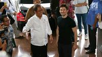 Menteri Komunikasi dan Informatika, Rudiantara menyambut kedatangan pendiri sekaligus CEO Telegram, Pavel Durov setibanya di kantor Kemenkominfo, Jakarta, Selasa (1/8). Keduanya menggelar pertemuan yang berlangsung tertutup. (Liputan6.com/Angga Yuniar)