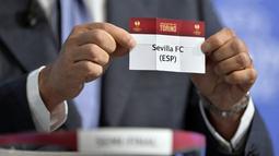 Mantan pelatih Juventus, Ciro Ferrara, mengangkat kartu bertuliskan nama klub asal Spanyol, Sevilla, saat undian semifinal UEFA Europa League di Nyon, Swiss (AFP PHOTO/FABRICE COFFRINI)