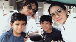 Bunga Zainal sendiri yang sekarang telah berusia 32 tahun hanya terpaut usia 14 dari putri sambungnya yang sekarang baru berusia 18 tahun pada Januari 2019 kemarin. Sosok Bunga Zainal yang cantik juga jadikan keduanya seperti kakak adik. (Liputan6.com/IG/@bungazainal05)