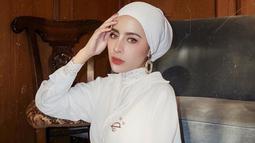 Sebagai warna yang netral, tak salah jika baju putih sering digunakan oleh selebgram asal Malang ini. Dalam momen santai, Aghnia Punjabi tampil memesona dengan baju putih yang dipadukan dengan turban hijab warna senada.(Liputan6.com/IG/@aghniapunjabi)