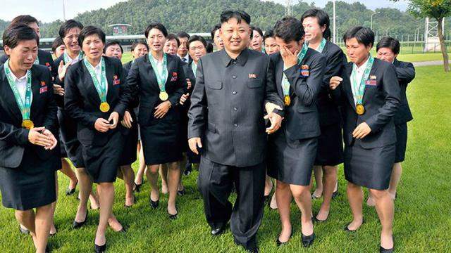Kim Jong-un dan sejumlah wanita Korea Utara. (Sumber rt.com) afd38d13f1
