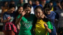 Sejumlah wanita memainkan permainan lari dengan kaki diikat untuk menandai Hari Kemerdekaan ke-71 Myanmar di pinggiran Yangon( 4/1). Negara ini merayakan peringatan ke-71 deklarasi kemerdekaannya dari pemerintahan kolonial Inggris. (AFP Photo/Ye Aung Thu)